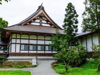 Hướng về phía sau của ngôi đền, bạn có thể tìm thấy Hồ Kappabuchi, một phần quan trọng trong câu chuyện dân gian của Tono