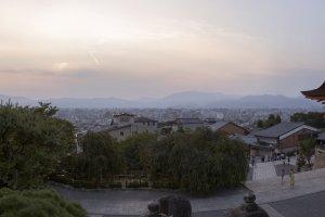 วิวมุมกว้างที่แสงแรกของวันฉาบเมืองเกียวโต