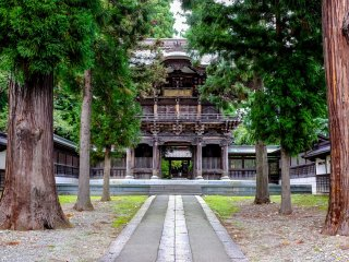 The Sanmon main gate was built in 1978 to replace the old Chumon gate which is said to be one of the gates which were standing in Morioka Castle