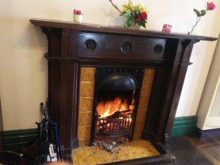 冬場は暖炉に火が灯ります