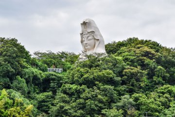 The giant statue as seen from Ōfuna Station