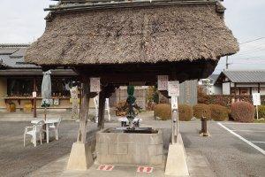 O chouzu à entrada da área do templo