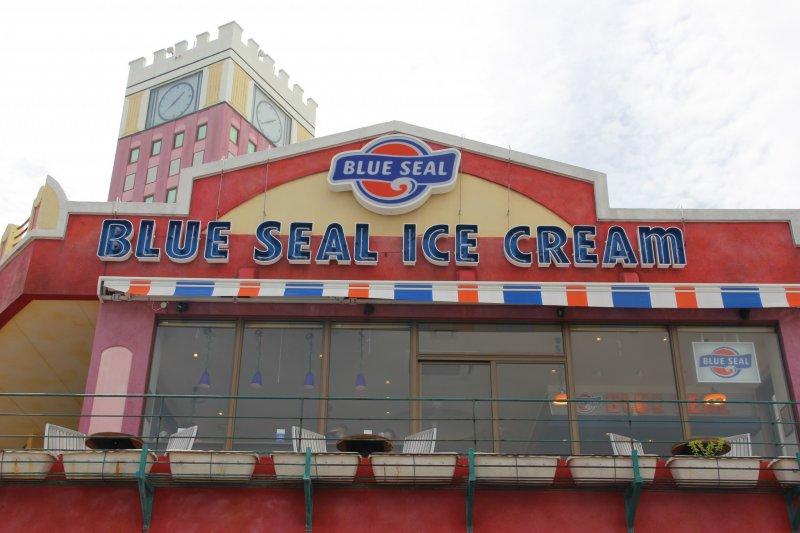 ร้าน Blue Seal Ice Cream American Village ตั้งอยู่ในสวนของช้อปปิ้งเซ็นเตอร์ในมิฮะนะ อเมริกัน วิลเลจ