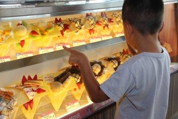 เลือกเครปไส้ฮอทด็อกหรือไอศครีม หรือจะเป็นไอศครีมกว่า 50 ชนิดที่ร้านไอศครีม Blue Seal ในอเมริกันวิลเลจ