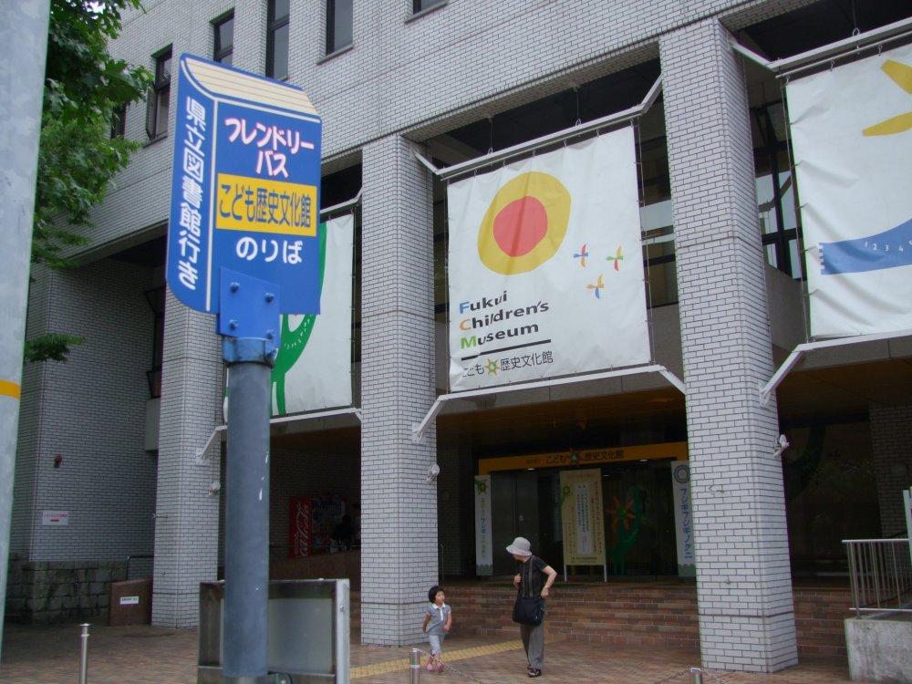 フレンドリーバス停留所。文化館のすぐ目の前だ。