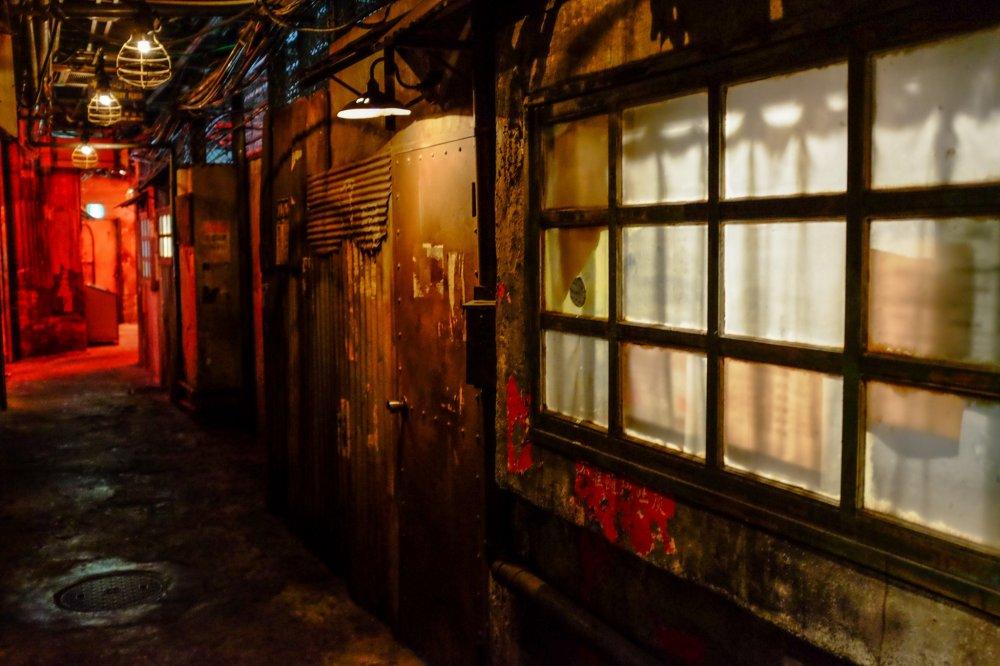 建物に一歩足を踏み入れると暗く古ぼけた路地裏が出現し、まるで本物の九龍の街に迷い込んだような気分になる。