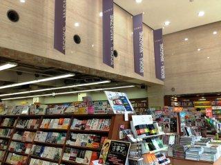 Nhiều cuốn sách tiếng Nhật được trưng bày theo phong cách mới giúp việc buôn bán dễ dàng