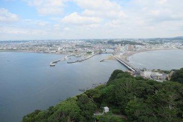 Вид на остров Эносима и город Фудзисава
