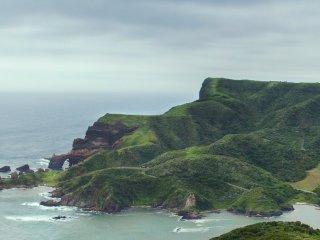 Lối đi sẽ dẫn bạn từ nơi nghỉ ngơi đến vịnh cho đến nơi cao nhất của vách đá Matengai, từ nơi đây bạn có thể vào trong thăm những chú bò và ngựa của người dân bản địa