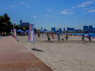 週末、圧倒的な人気を誇るのはビーチバレー
