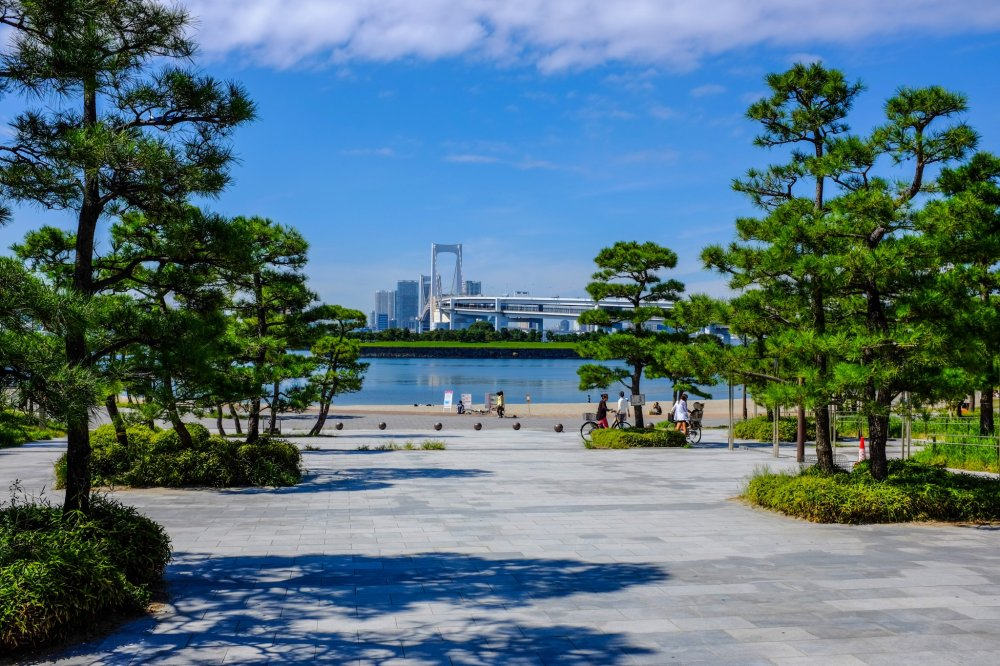 The entrance to Odaiba Marine Park with the Rainbow Bridge in the background
