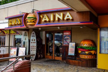 <p>The entrance to Kua Aina is hard to miss, located on the 4F of Aqua City Building</p>