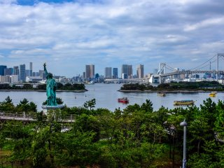 Enjoy your meal whilst overlooking Tokyo Bay, Rainbow Bridge and of course the Statue of Liberty