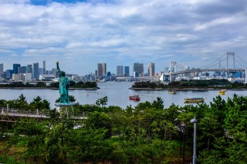<p>Enjoy your meal whilst overlooking Tokyo Bay, Rainbow Bridge and of course the Statue of Liberty</p>