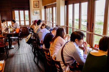 <p>I recommend the counter seats which overlook Tokyo Bay</p>