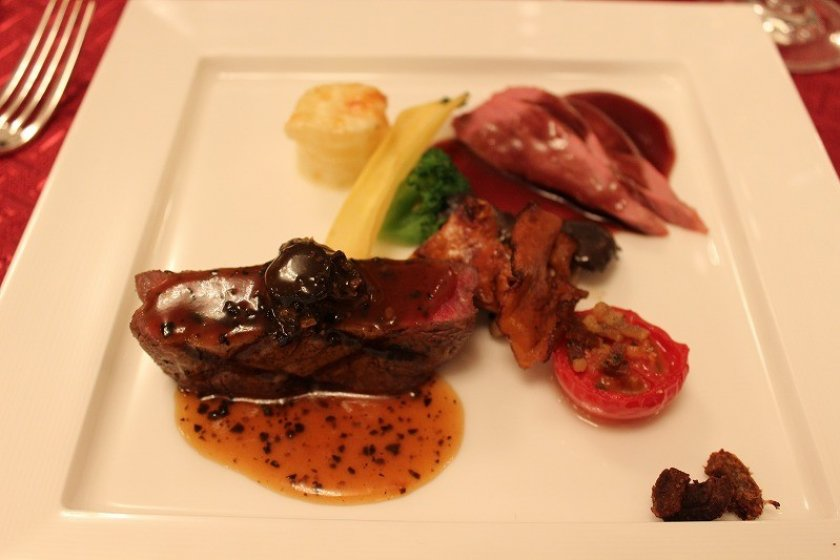 福井・若狭牛フィレにトリュフ、フランス・シャラン産鴨にボージョレーワインソース。自由自在の創造力です。