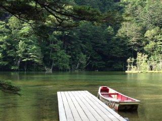 قارب جميل في البحيرة