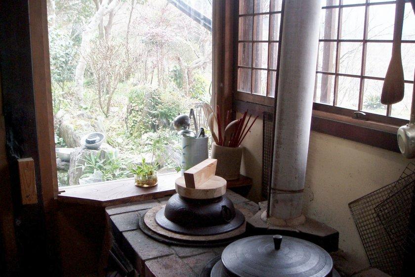「かまど」で薪を燃やして調理・木造の家の暖房と防虫効果