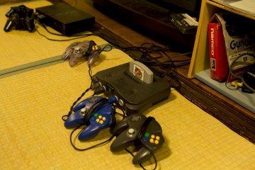 ผมไม่เคยได้เป็นเจ้าของเครื่อง N64 ตอนเด็ก ดังนั้นนี่จึงเป็นโอกาสที่ผมจะได้เล่นเกมที่เป็นของไว้บริการลูกค้า