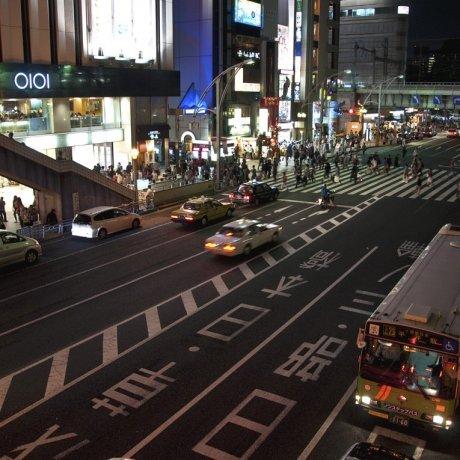 夜の上野を歩く