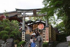 清水寺の真裏にある地主神社。この鳥居をくぐって入ります