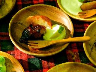 민트 가지가 얹어진 요거트 한 덩어리와 함께 서빙되는 구운 사과