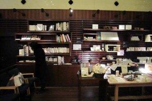 玄関の右手は席待ちができるソファと書籍棚。この書籍や雑誌は客席にも持ち込める