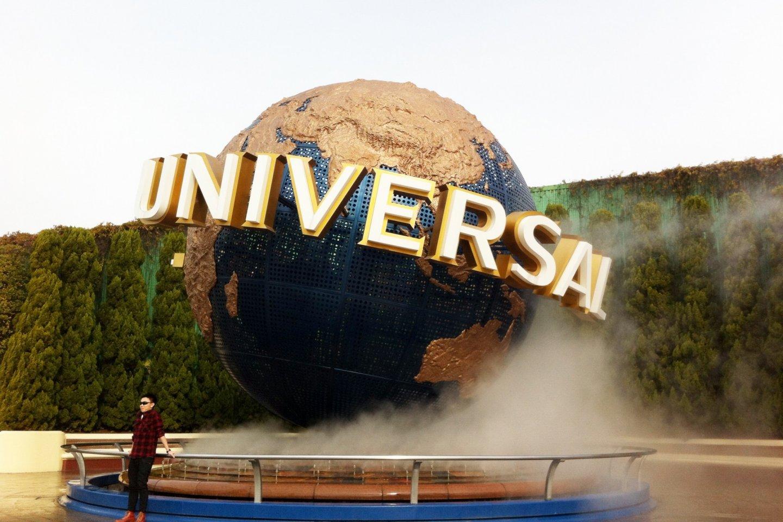 大阪のユニバーサル・スタジオ・ジャパンの正門に飾られた「ユニバーサル・グローブ」