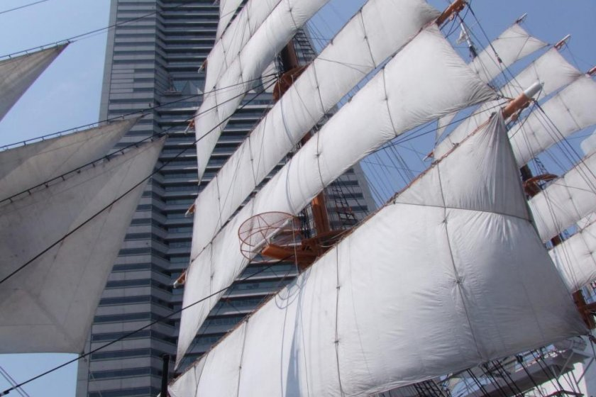 Docked just in front of Sakuragicho Station (Yes!), directly below the Landmark Tower, this beautiful schooner really brings a touch of class to the entire Minato Mirai area.