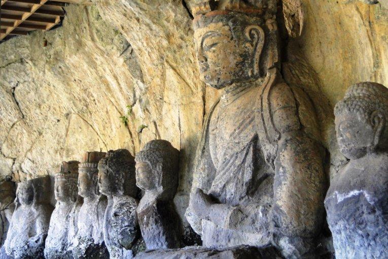 Каменные будды Усуки