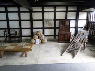 屋敷内には数多くの骨董品が展示され、玄関口の通路にさえ置かれている