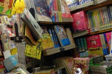 만화대국 답게 다양한 만화책들이 즐비해있다.
