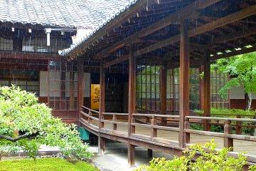 Roofed passageway