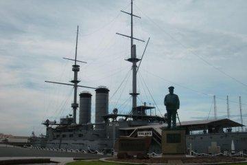 Броненосец Микаса с адмиралом Того