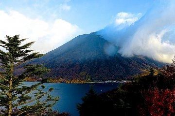 난타이산은 구름 뒤에서 막 나타났다.
