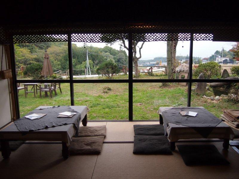 Некогда деревянные раздвижные двери японского особняка переделали в длинные панорамные окна.