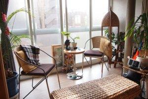 Balkon di dekat Ruang Bersama didekorasi dengan furnitur yang menarik