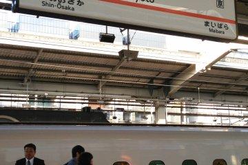 <p>Las plataformas del tren bala Shinkansen de la estaci&oacute;n de Kioto</p>