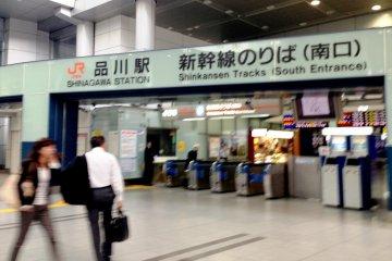 <p>El acceso a los trenes bala Shinkansen de Shinagawa est&aacute;n a minutos a pie desde la c&iacute;clica l&iacute;nea Yamanote, y esta estaci&oacute;n es menos confusa que la de Tokio</p>