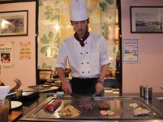 Ngay sau khi phục vụ nhận thực đơn của bạn, đầu bếp sẽ đến chế biến, phục vụ thức ăn nóng hổi tại bàn