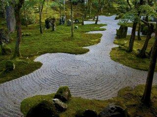 """Los jardines de """"paisaje seco"""" usan grava o arena que es cepillada para representar pequeñas ondas en el agua."""