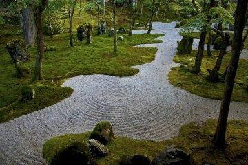 <p>Los jardines de &quot;paisaje seco&quot; usan grava o arena que es cepillada para representar peque&ntilde;as ondas en el agua.</p>