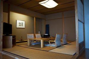 พื้นที่ปูด้วยเสื่อตาตามิสไตล์ญี่ปุ่นในห้องพักที่ผสมผสานสไตล์ตะวันตกและญี่ปุ่นเข้าก้วยกัน