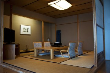 <p>Japanese-style tatami area in a mixed Japanese-Western-style guestroom</p>