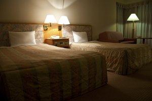 เตียงอันนุ่มสบายสำหรับการนอนหลับอย่างเงียบสงบขณะที่ฟังเสียงคลื่น