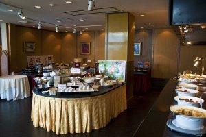 บุฟเฟ่ต์อาหารเช้า นี่คือส่วนหนึ่งของพื้นที่ในร้านบุฟเฟ่ต์ และอีกส่วนหนึ่งที่ให้บริการอาหารญี่ปุ่นรวมถึงซาชิมิและซูชิ