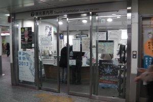 O escritório de informações turísticas da estação de Yokohama é um lugar conveniente para pedir