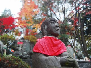 Patung salah satu biksu di pelataran belakang kuil.