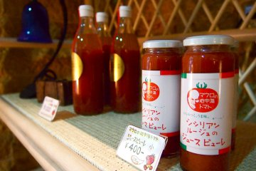 Tomato juice and tomato sauce that are produced locally in the Yubari city.