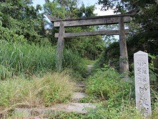 Giống như phần lớn trong hơn 200 di tích lịch sử Ryukyuan trên đảo Okinawa, tàn tích tòa thành cổ Iha chẳng có gì nhiều hơn những bức tường đổ nát cho thấy rằng nó đã từng nắm giữ vị trí then chốt trong khu vực.
